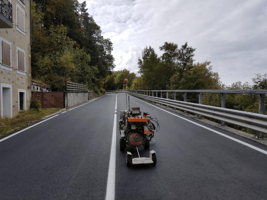 strada-aprica-striscia-bianca-segnaletica.png