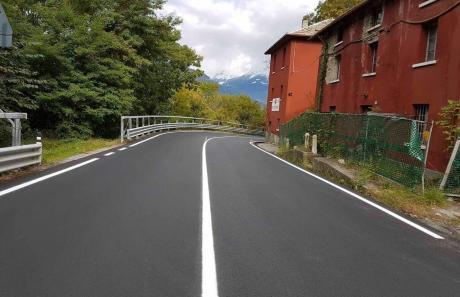 Linea continua su strada extraurbana