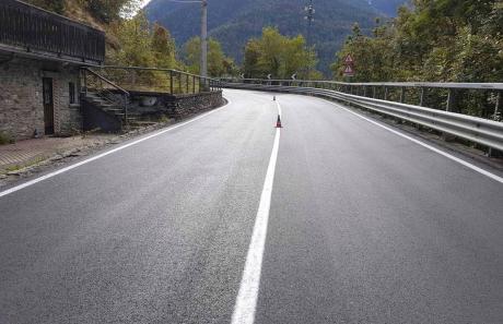 realizzazione linea continua su strada urbana