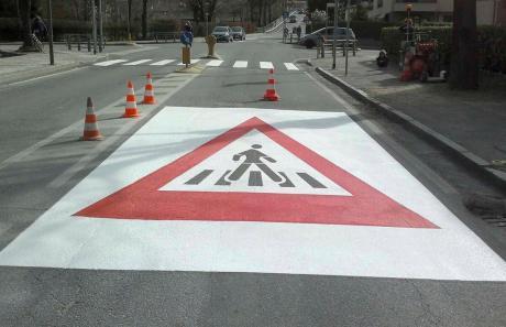 Segnale di pericolo attraversamento pedonali