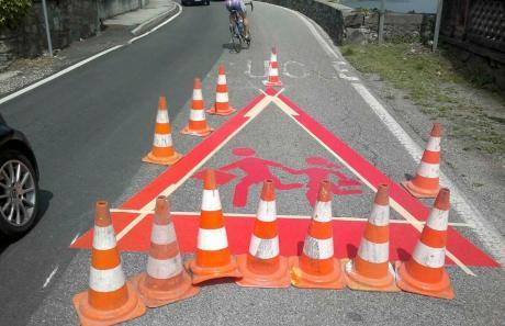 Segnale di pericolo realizzato su strada